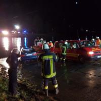 Bild: Schon während der Bergung des Pkw werden Rettungsboote zur Absuche nach möglichen weiteren Pkw-Insassen auf die Weser geschickt. - Polizei